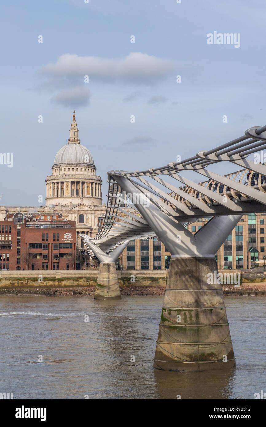La Catedral de St Paul y el Puente del Milenio, Londres, Inglaterra Foto de stock