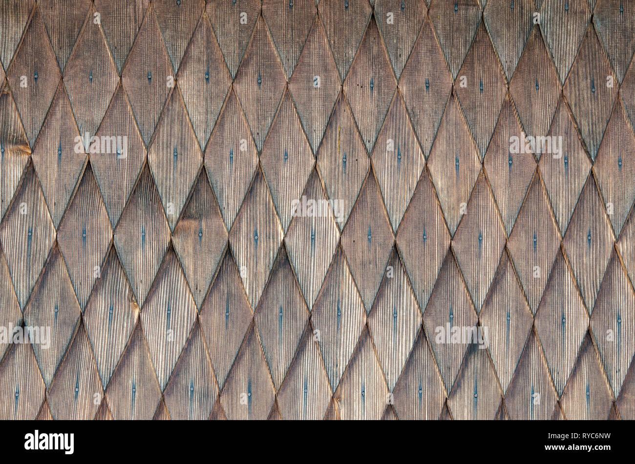 Antecedentes de filas sucesivas de rombos de madera. Patrón de figuras geométricas del rombo. Fondo de madera en blanco. Textura de madera. Antecedentes de una w Foto de stock