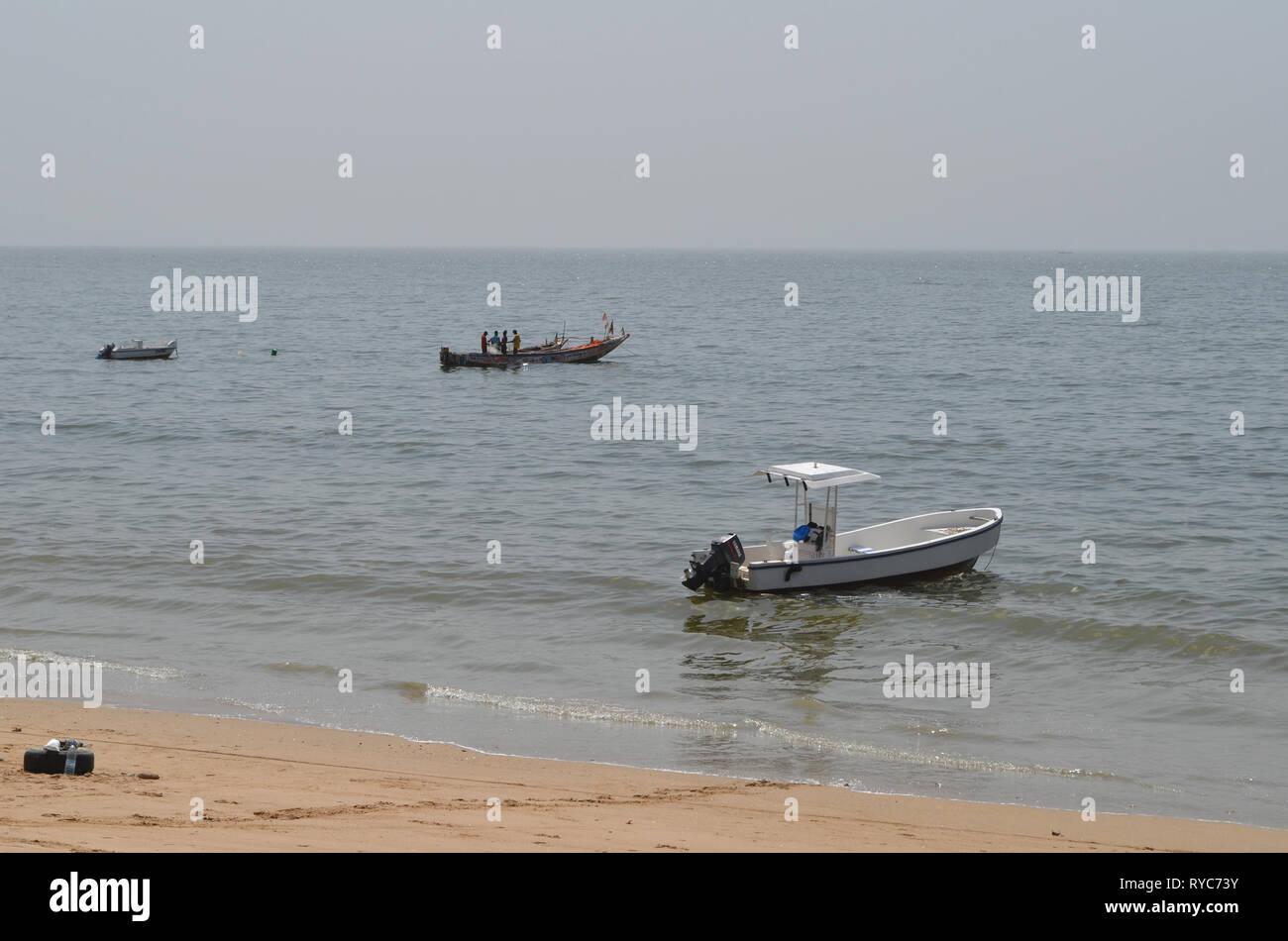 Piraguas artesanales en la playa de Djiffère, Senegal Foto de stock
