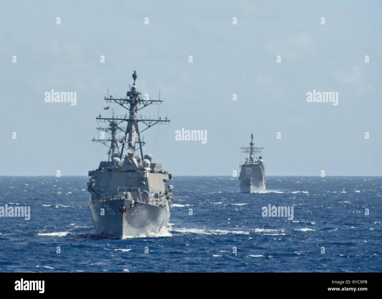 La U.S Navy clase Arleigh Burke de destructores de misiles guiados USS McCampbell lidera el USS Milius durante las operaciones de Marzo 9, 2019 en el Mar de Filipinas. Foto de stock