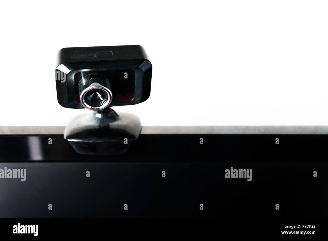 Webcam USB, cámara Web, montado en un monitor de ordenador con pantalla negra. Seminario Web, el streaming de vídeo, la llamada de conferencia. Protección de datos, red, Cyber Se Imagen De Stock