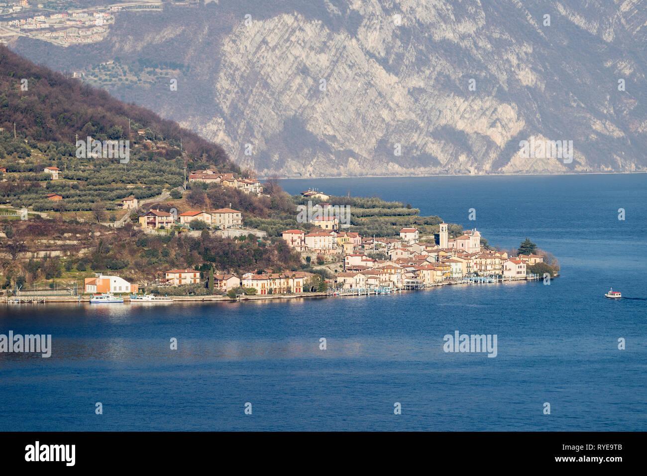 La aldea de Carzano en Monte Isola en el lago de Iseo, Lombardía, Italia Foto de stock