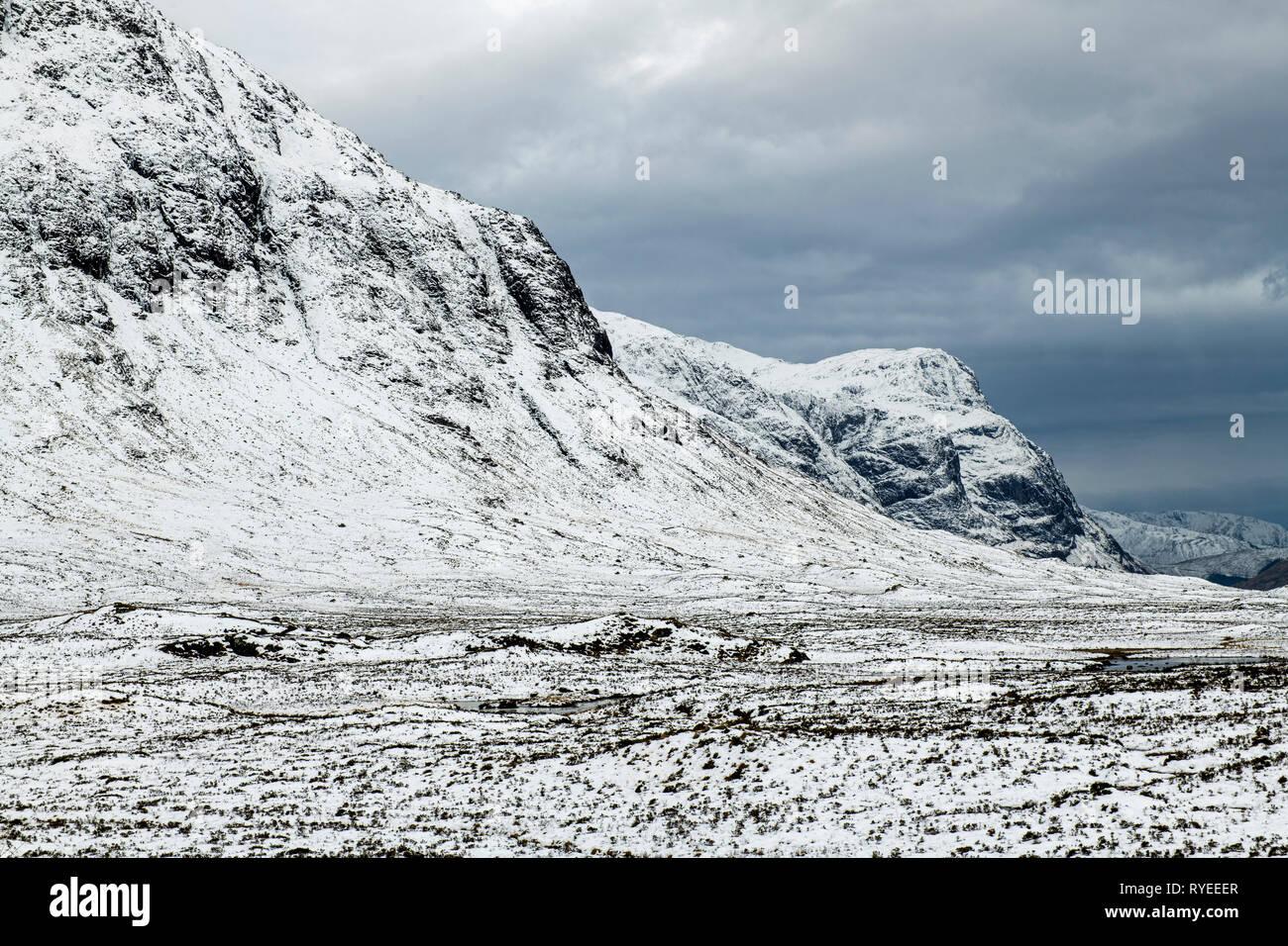 El valle y grags de Glencoe en colores invernales en Escocia. Fotografiado en febrero Foto de stock