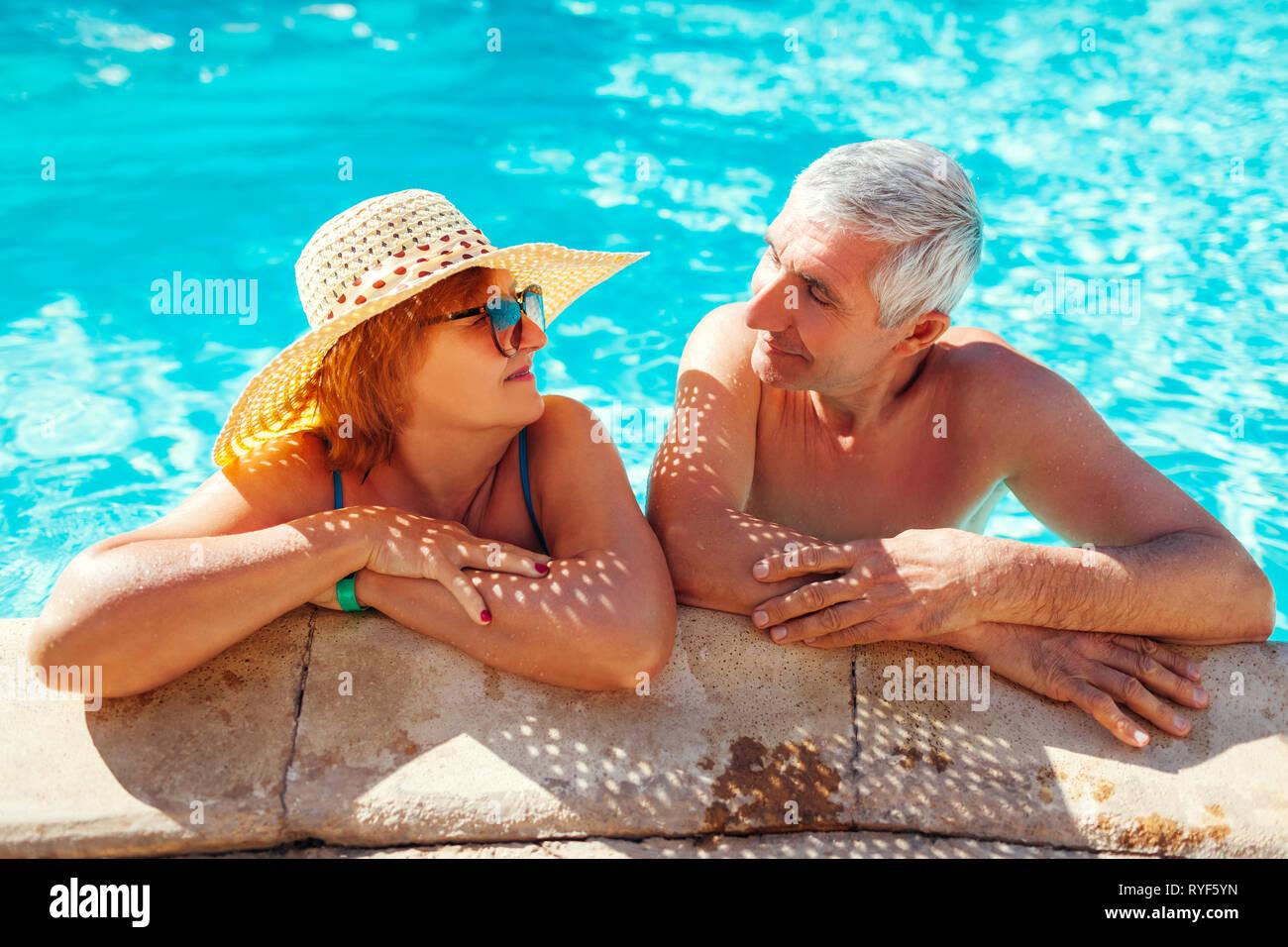 27d925640dcb Las parejas ancianas relajándose en la piscina. Las personas felices  disfrutando de las vacaciones de