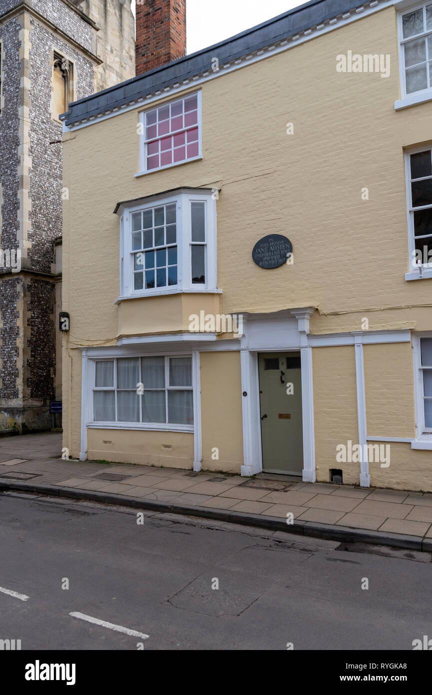 Winchester, Hampshire, Inglaterra, Reino Unido. Marzo de 2019. Jane Austen, la novelista vivió en esta casa color mostaza en Clollege Street, Winchester durante su la Imagen De Stock