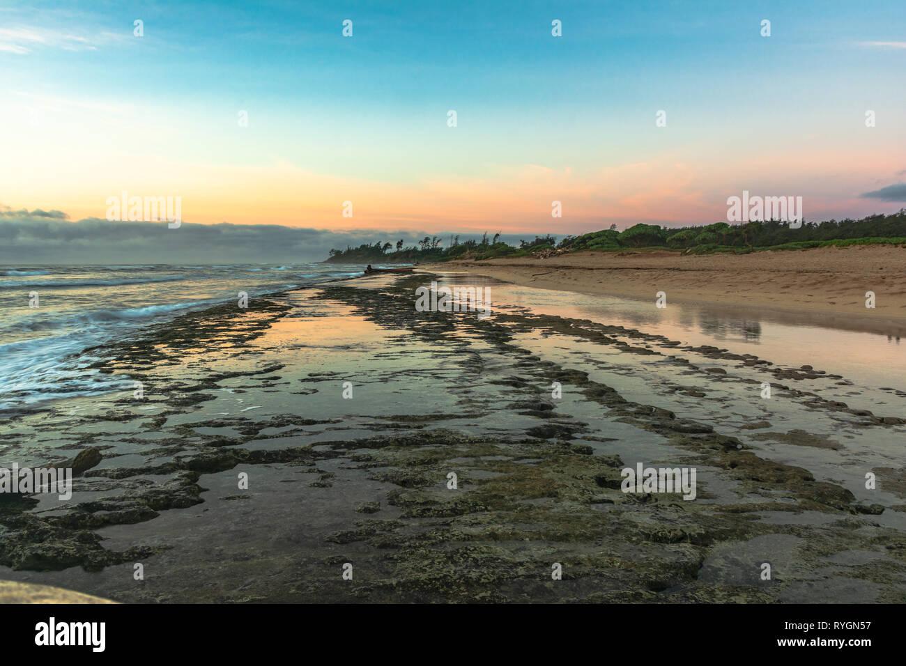 En Nukolii Sunrise Beach Park, Kauai Hawaii Foto de stock