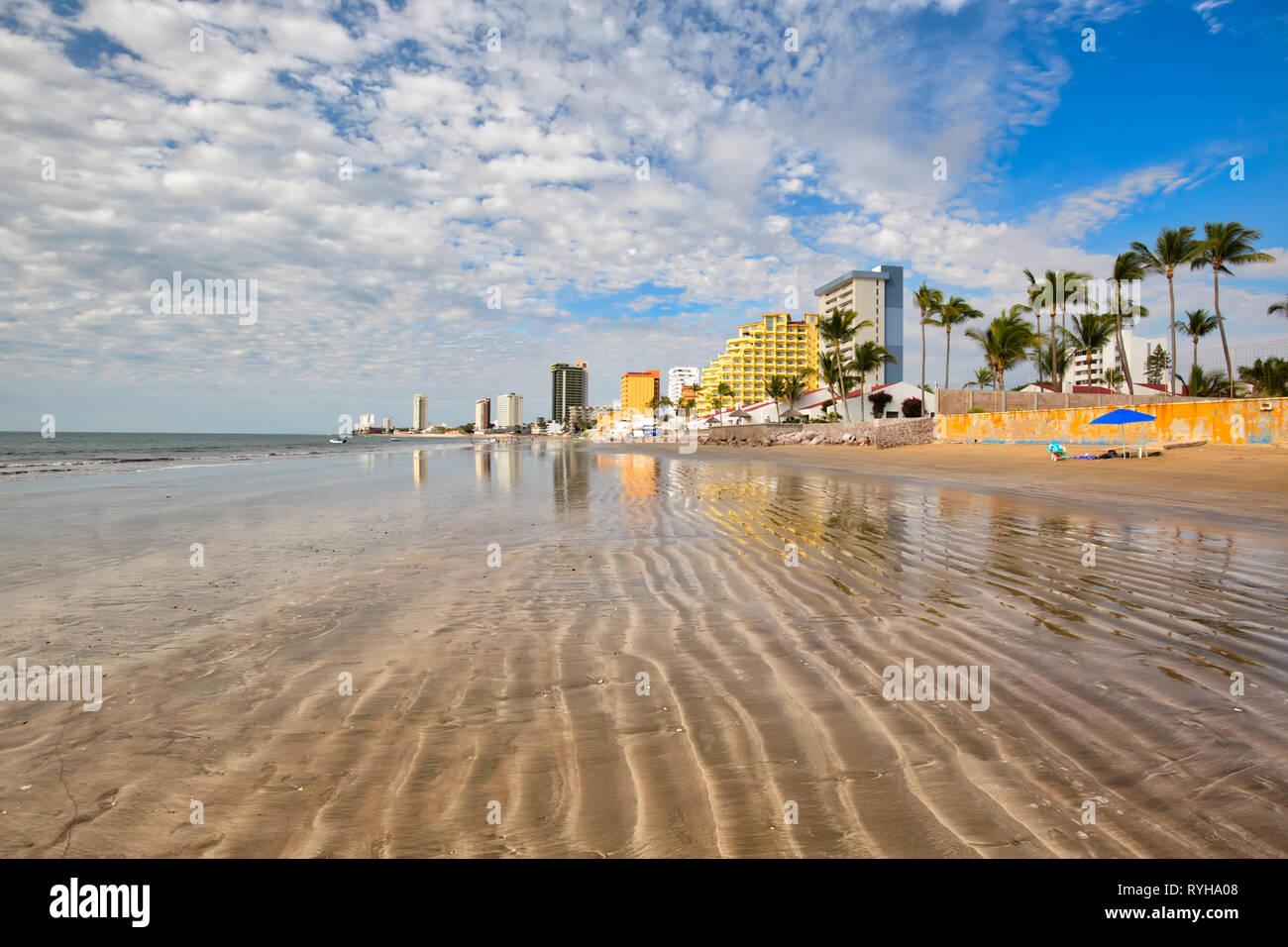 Mazatlán Zona Dorada (zona dorada), famosa playa turística y zona balnearia en México Imagen De Stock