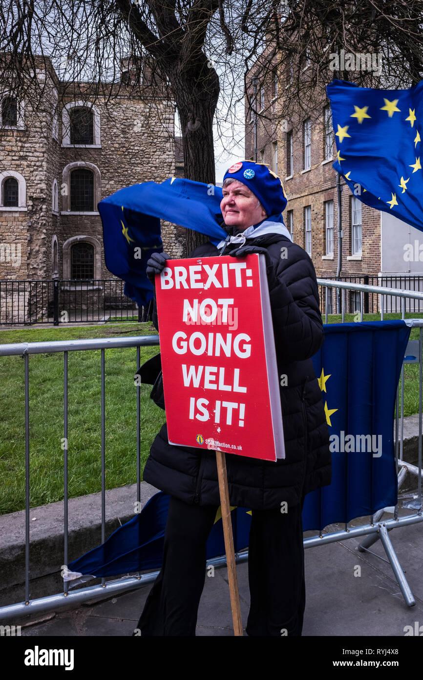 La gente protestando por Brexit fuera del Parlamento, el Palacio de Westminster, Londres, Inglaterra, Reino Unido. Imagen De Stock