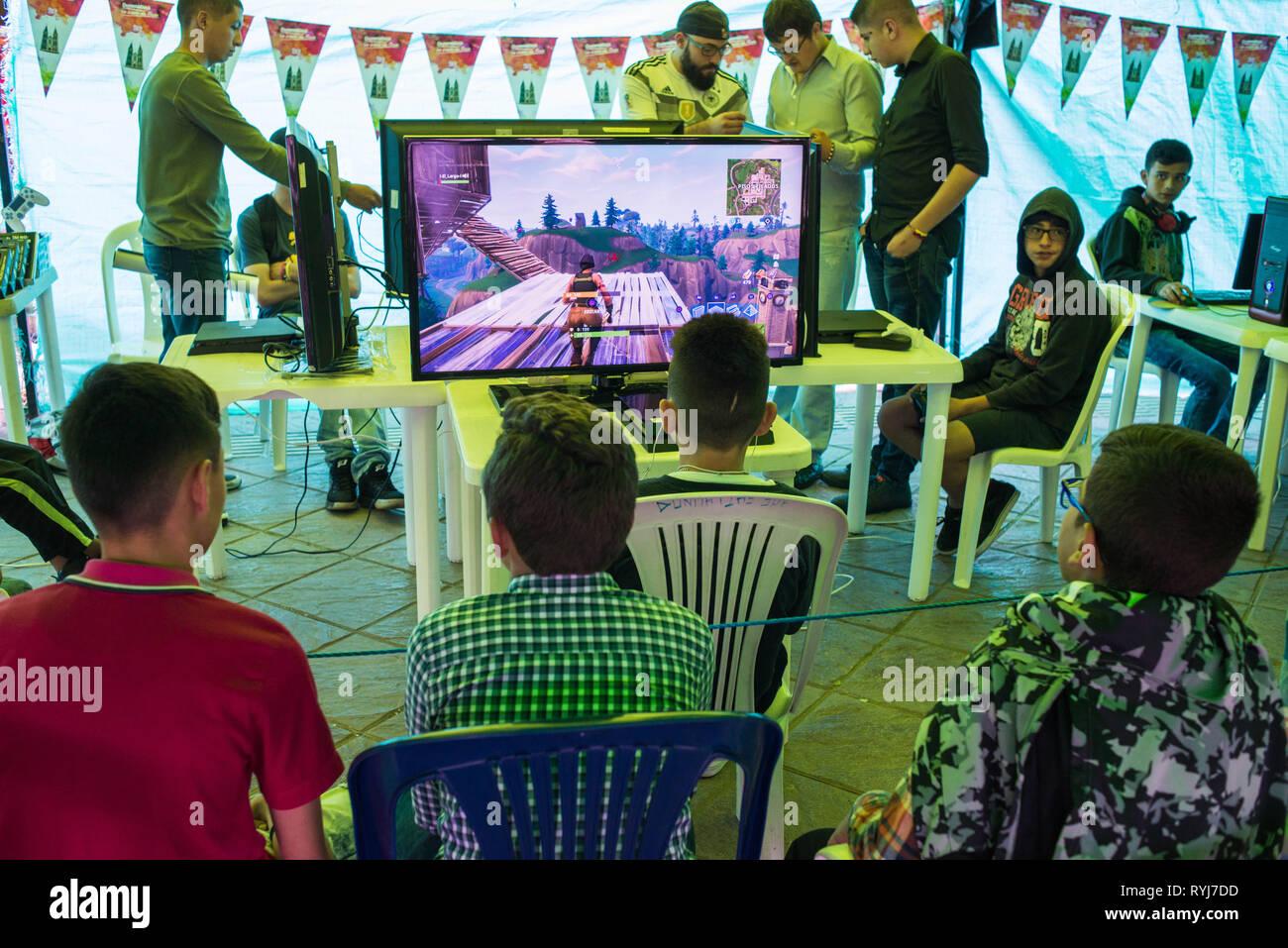 Donmatías, Antioquia, Colombia: videojuegos la competencia. Imagen De Stock