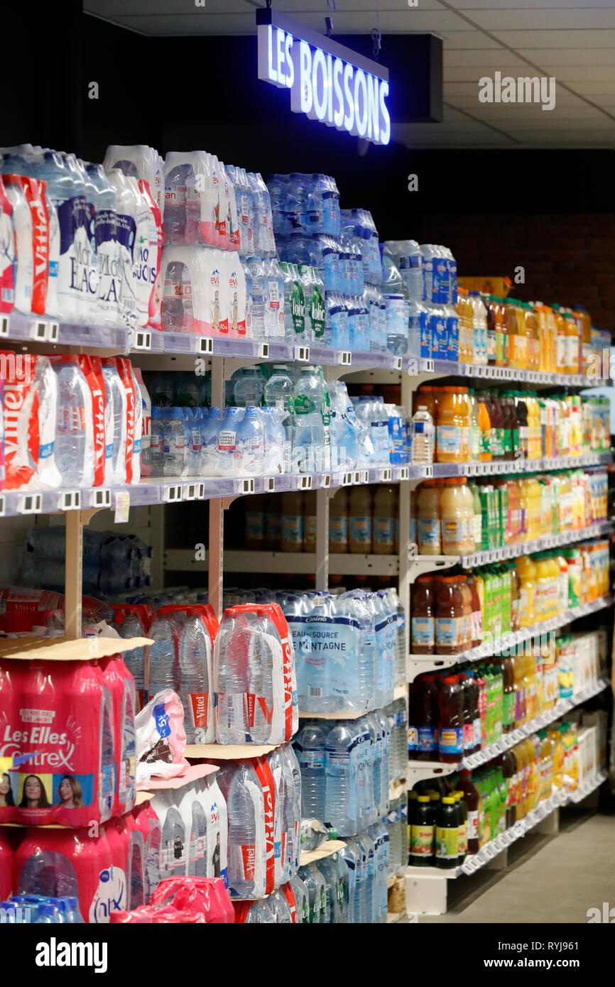 Agua mineral. Supermercado. Francia. Imagen De Stock