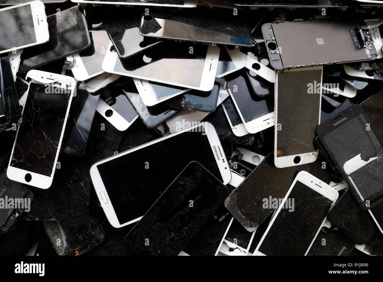 Reciclaje de teléfonos móviles e inteligentes. En el molde. Noruega. Imagen De Stock