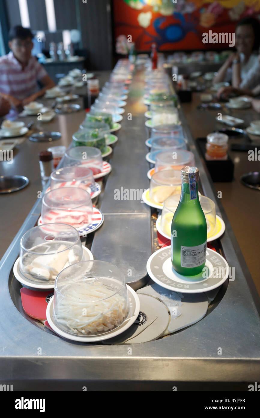 Restaurante. Selección de platos vietnamitas sobre la cinta transportadora. Ho Chi Minh City. Vietnam. Imagen De Stock