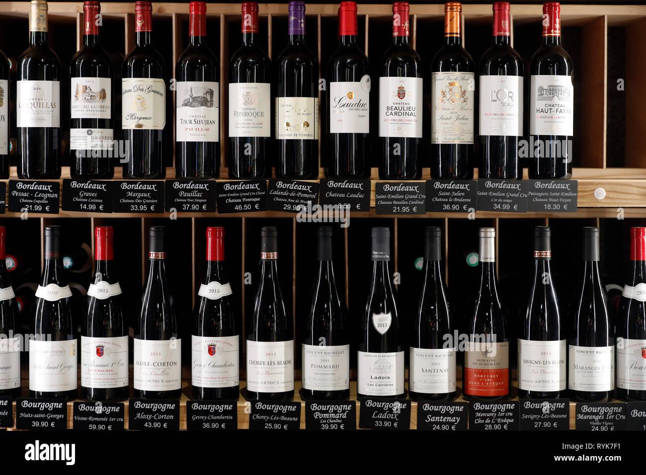 Tienda de vinos. Selección de vinos franceses para la venta. Francia. Imagen De Stock