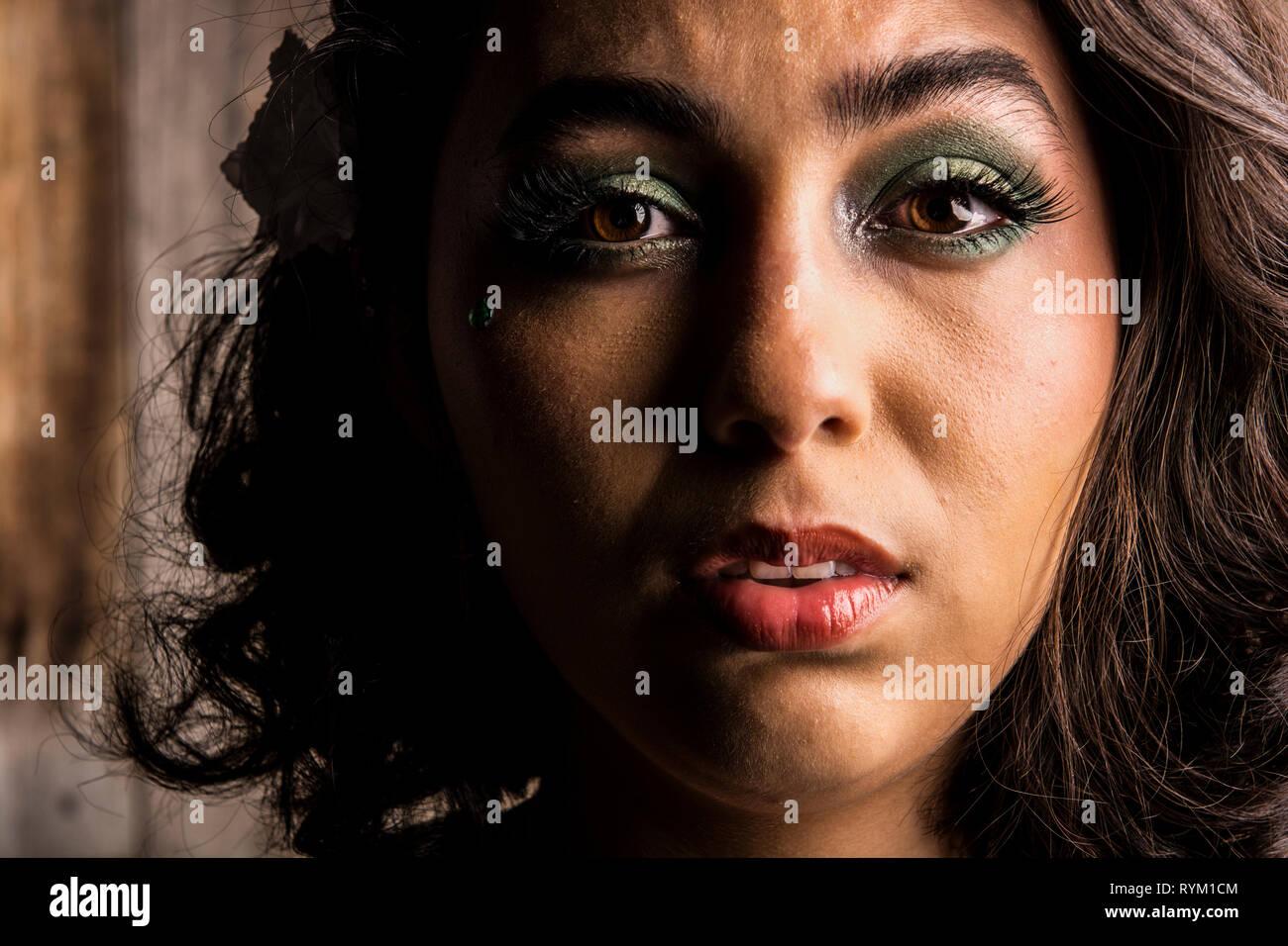 Una mujer joven, de 18 años de edad, sentirse turbados por romper con su novio. Imagen De Stock