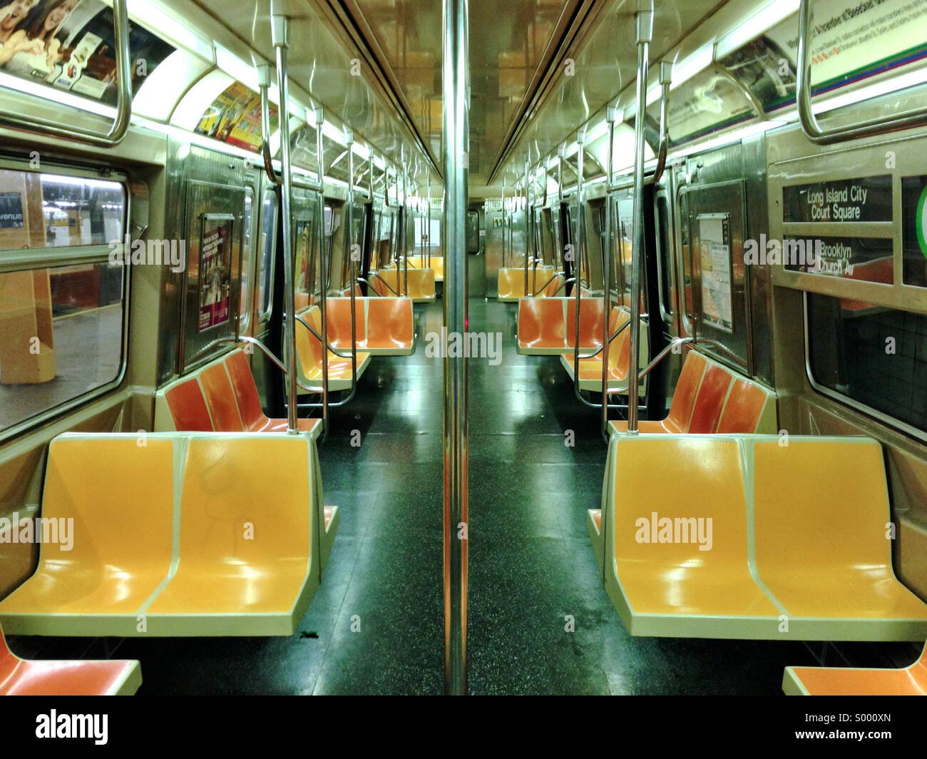 interior de un mta new york city g tren metro de coches foto imagen de stock 309787373 alamy. Black Bedroom Furniture Sets. Home Design Ideas