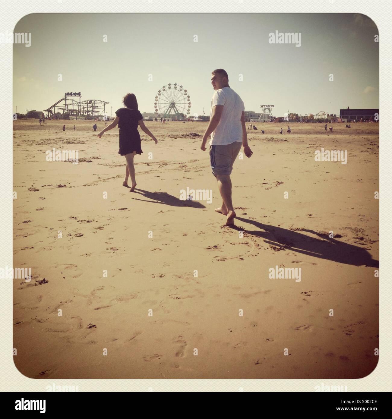 Caminando por los amantes de la playa Imagen De Stock