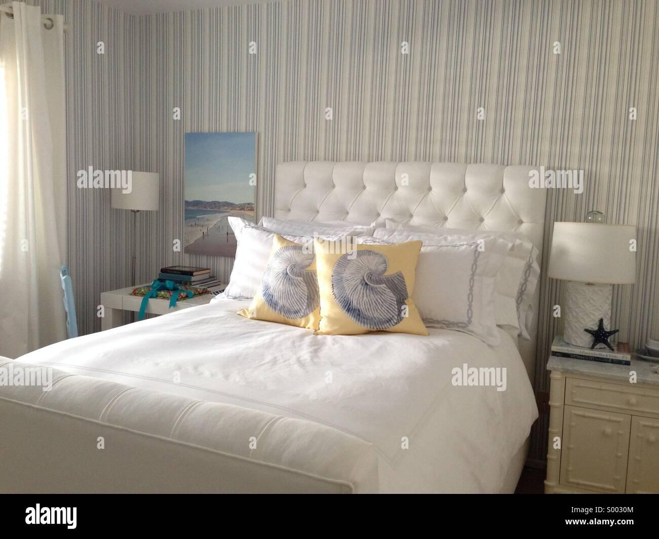 Dormitorio azul y blanco Imagen De Stock