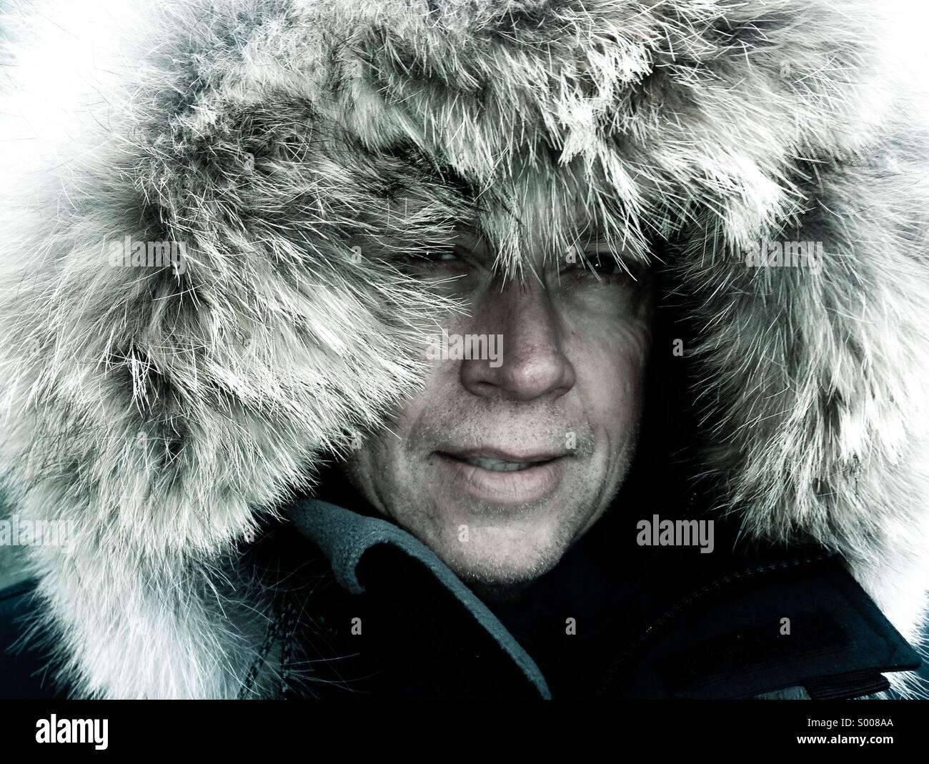 Explorador ártico llaves a sí mismo contra las condiciones meteorológicas extremas. Imagen De Stock