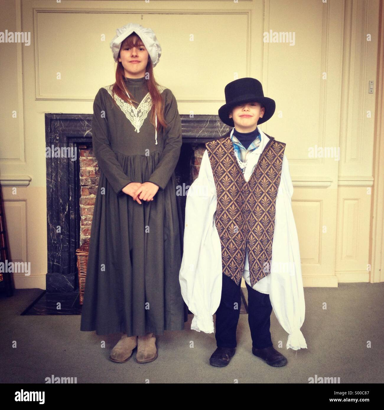 Hermano y hermana de vestirse con ropa antigua Imagen De Stock