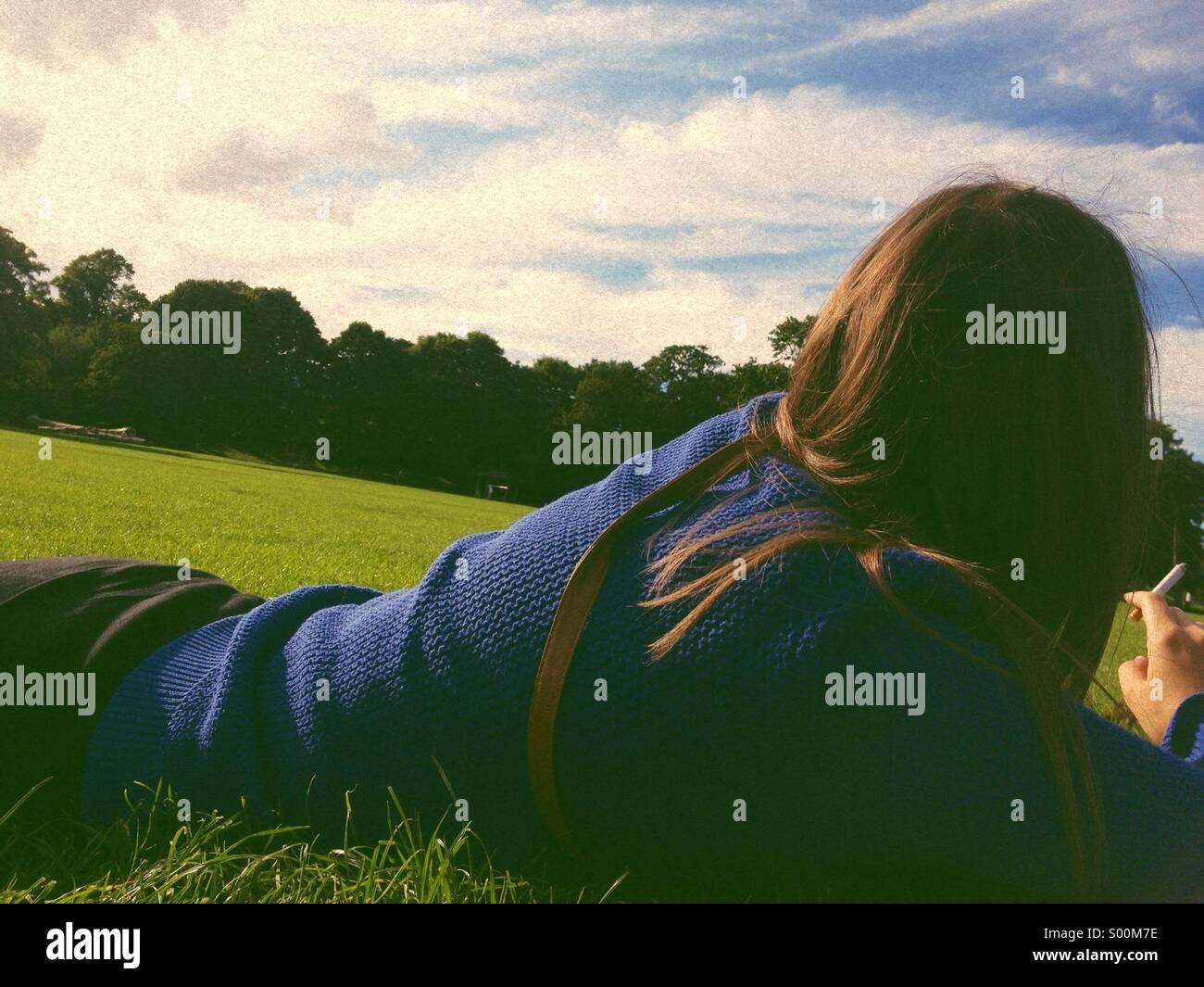Chica busca lejos Imagen De Stock