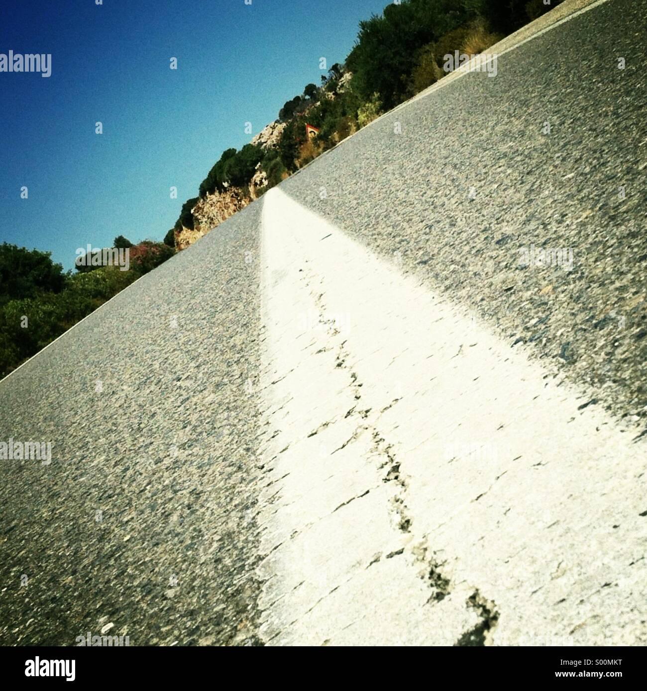 La autopista vacía. Tiros de ángulo bajo. Formato cuadrado, iPhoneography. Foto de stock
