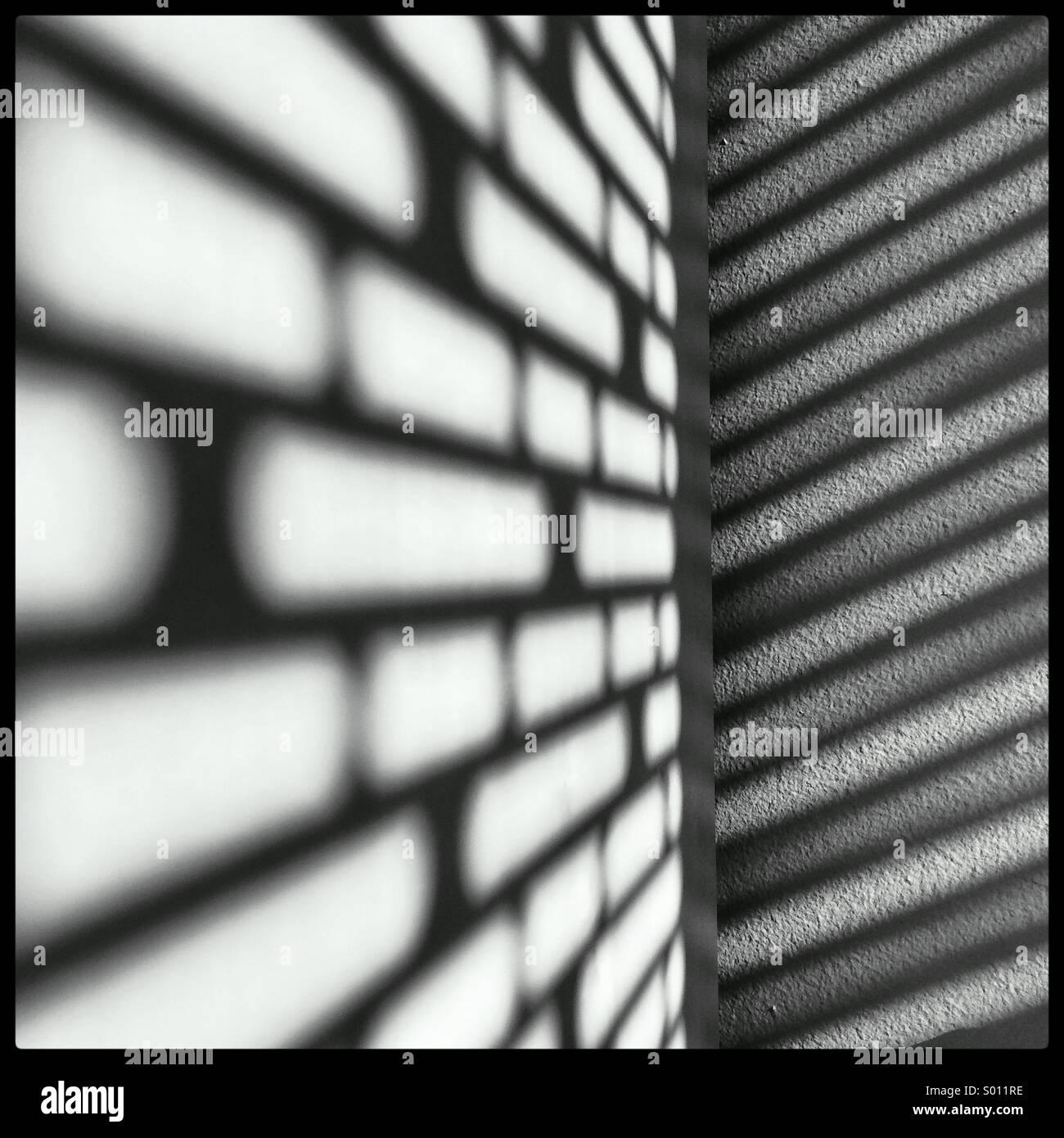 El sol casting sombras frescas en mi muro y estantería, a través de las persianas en mi oficina. Imagen De Stock