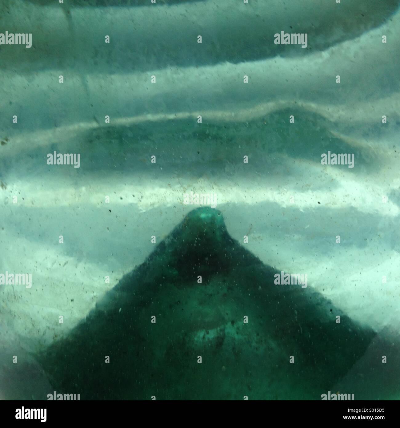 Visión abstracta de Pontil dentro del antiguo vaso de soplado. Imagen De Stock