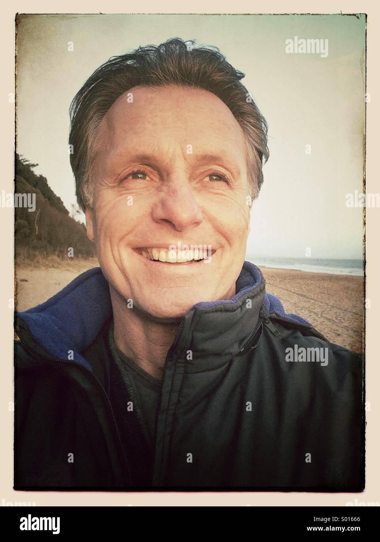 Feliz sonriente hombre maduro, de unos cuarenta años. Imagen De Stock