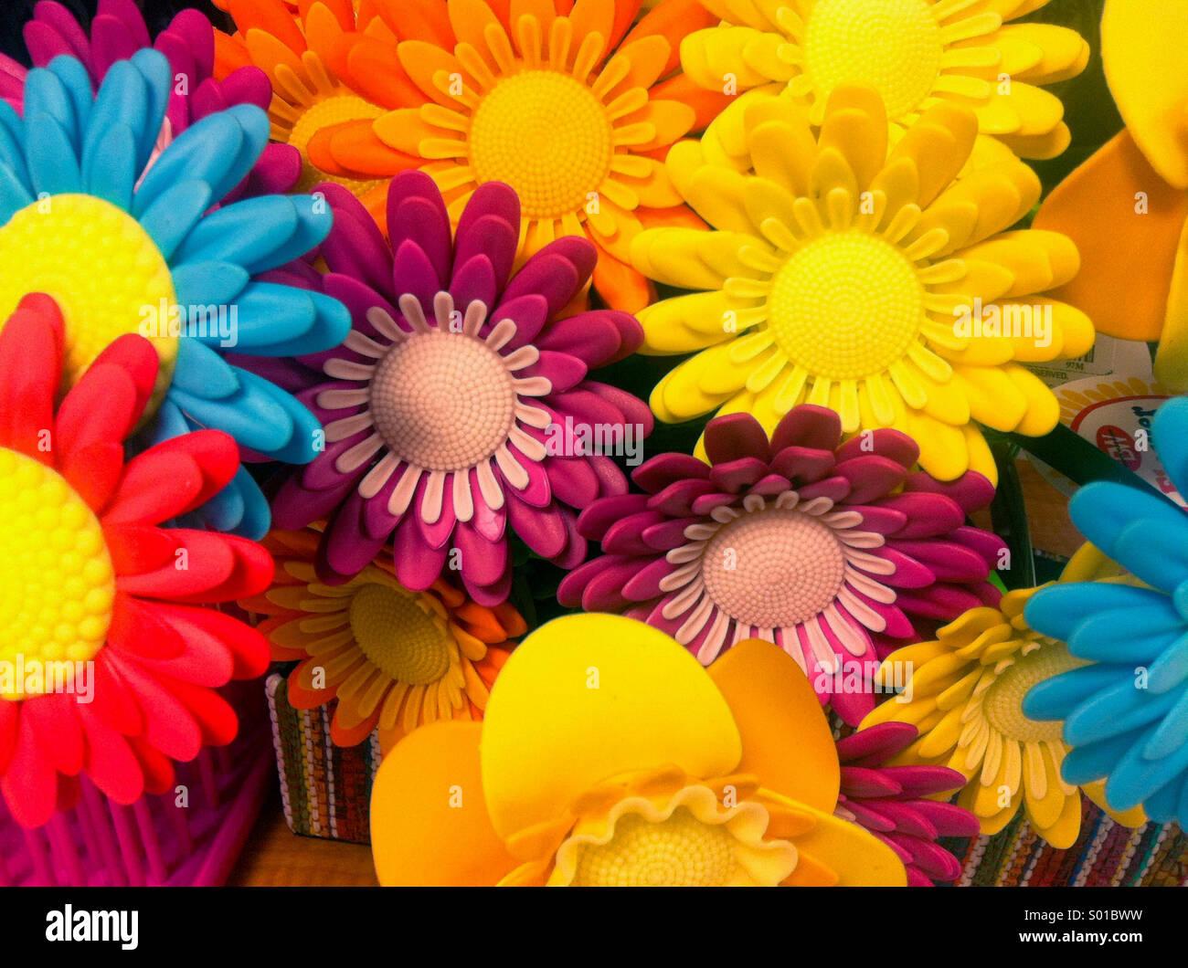 Una colorida fotografía de margaritas de plástico Imagen De Stock