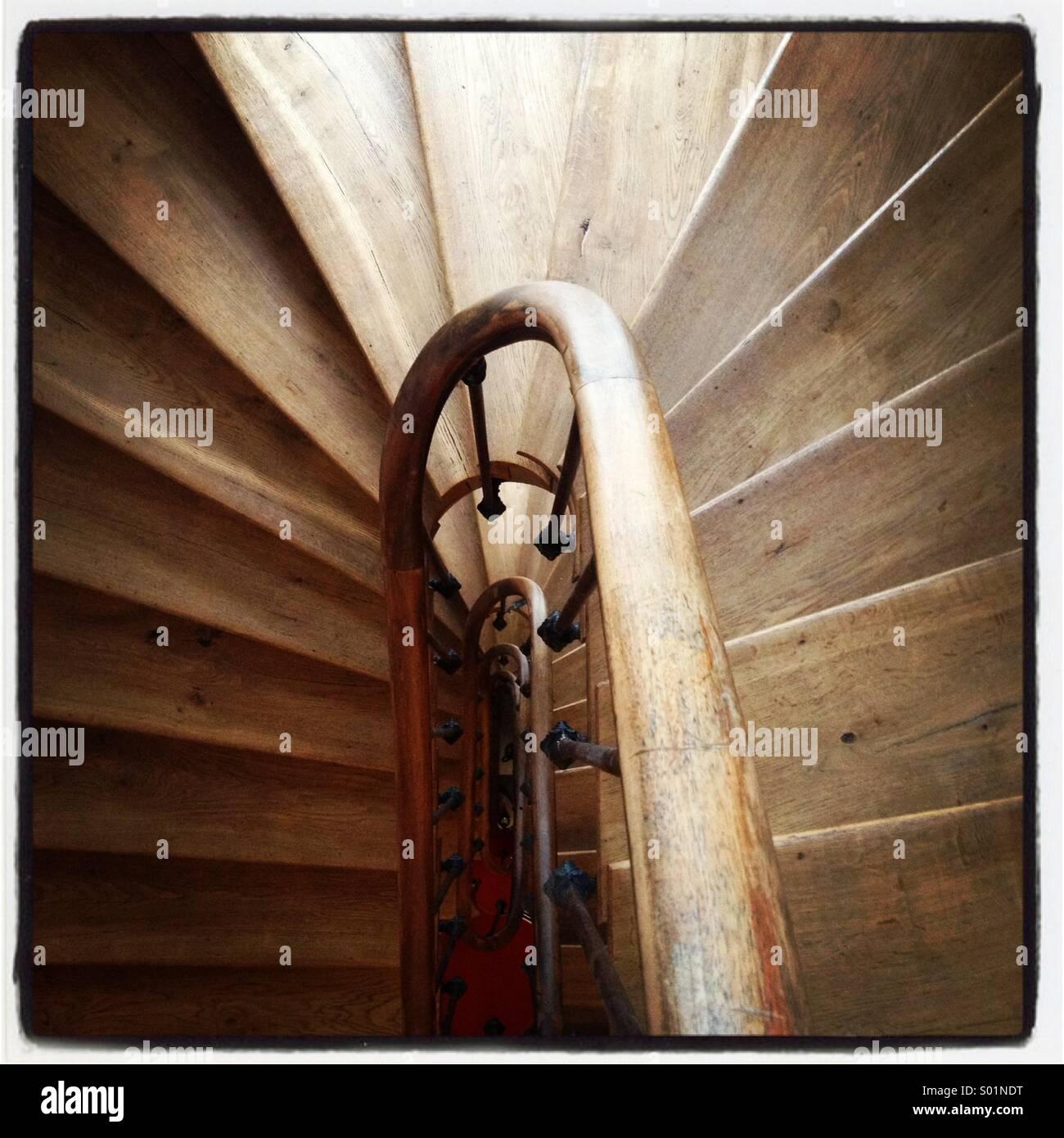 Un serpenteante escalera de madera Imagen De Stock