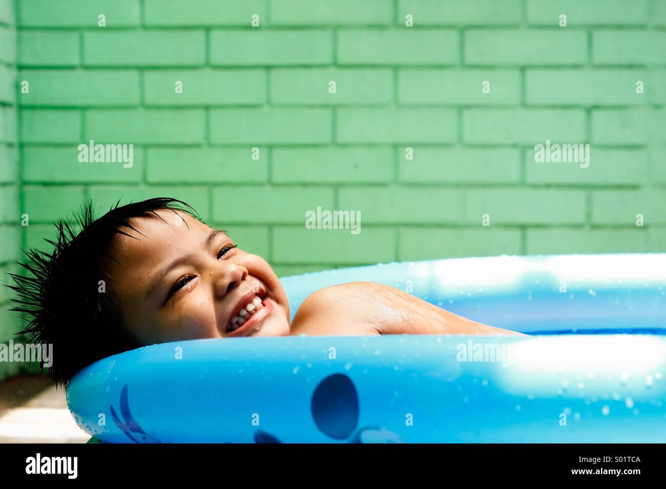 Cabrito en una piscina para niñosFoto de stock
