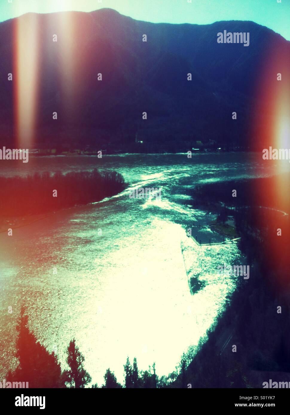 Río de montaña en el fondo y sentimiento vintage Imagen De Stock
