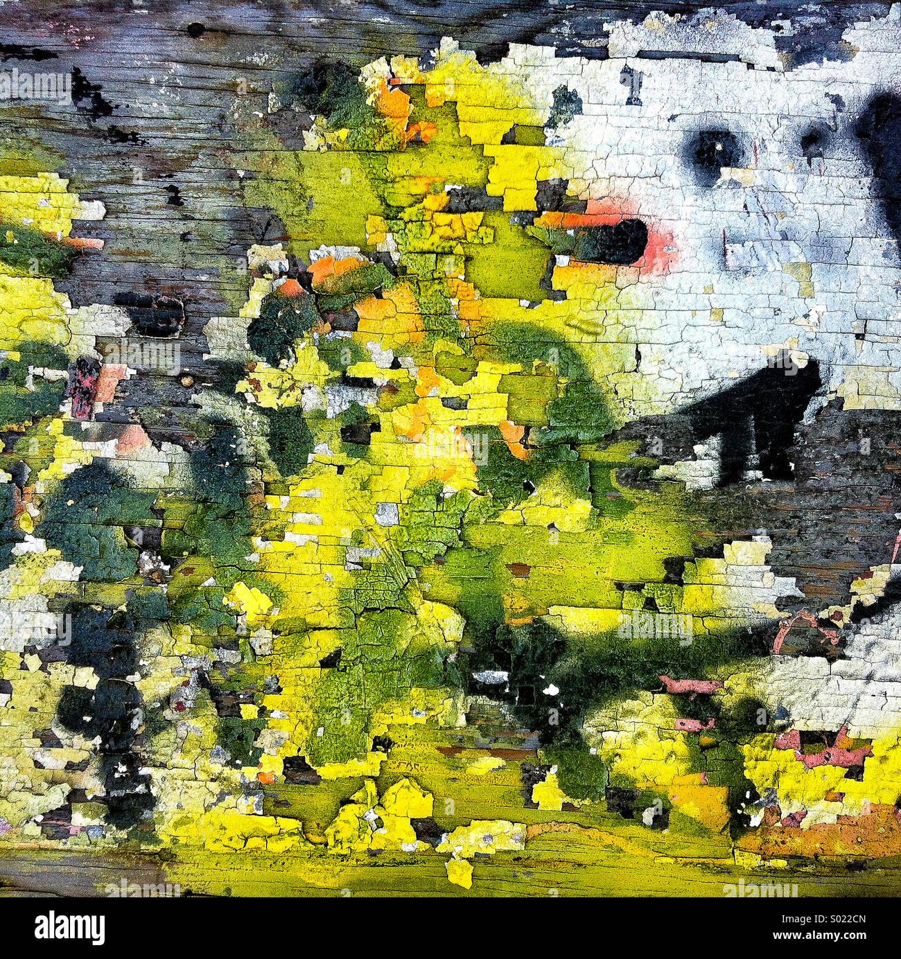 Un interesante patrón pintada sobre una superficie de grano de madera Imagen De Stock
