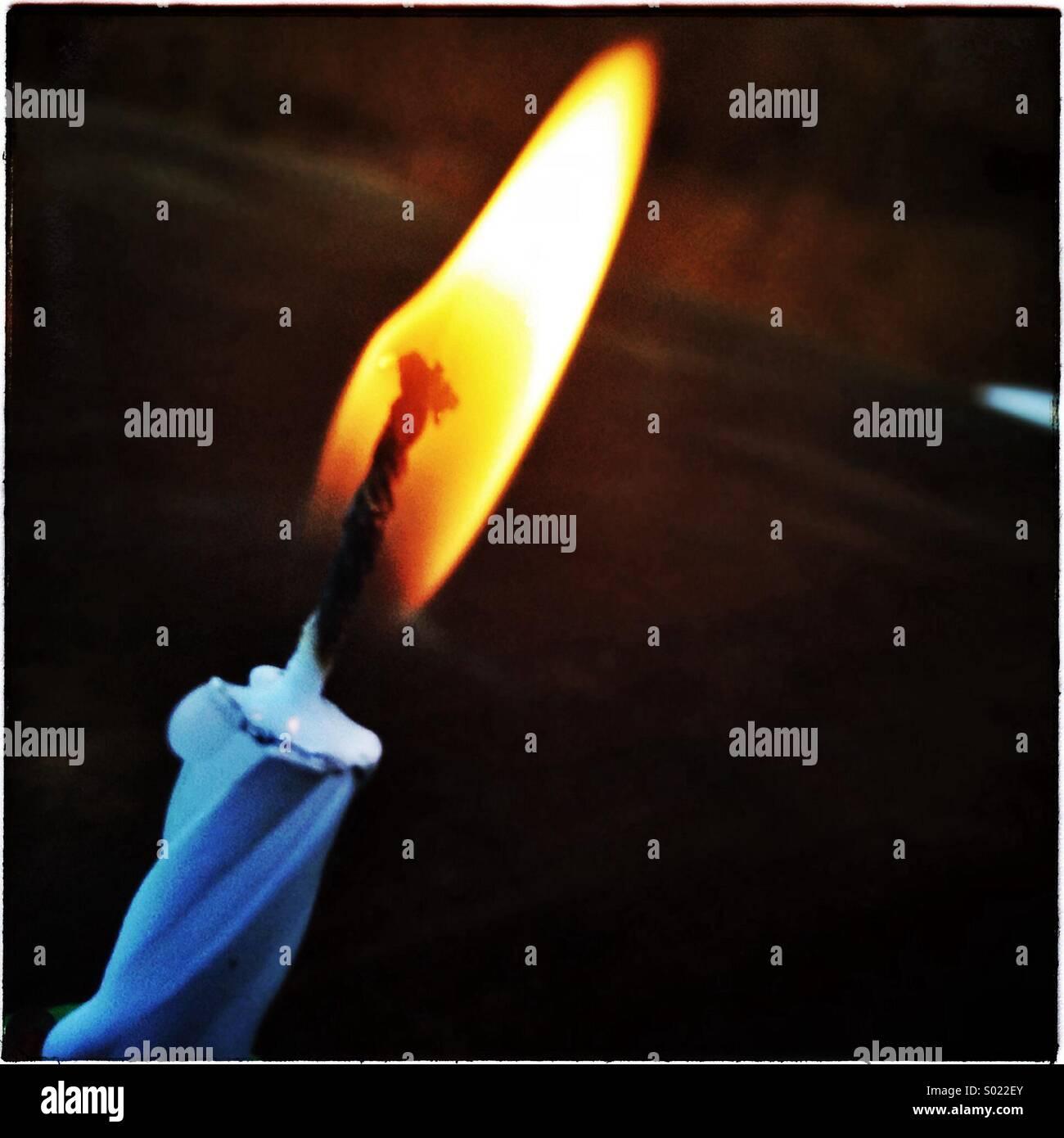 Solo la llama de una vela de cumpleaños luz Foto de stock