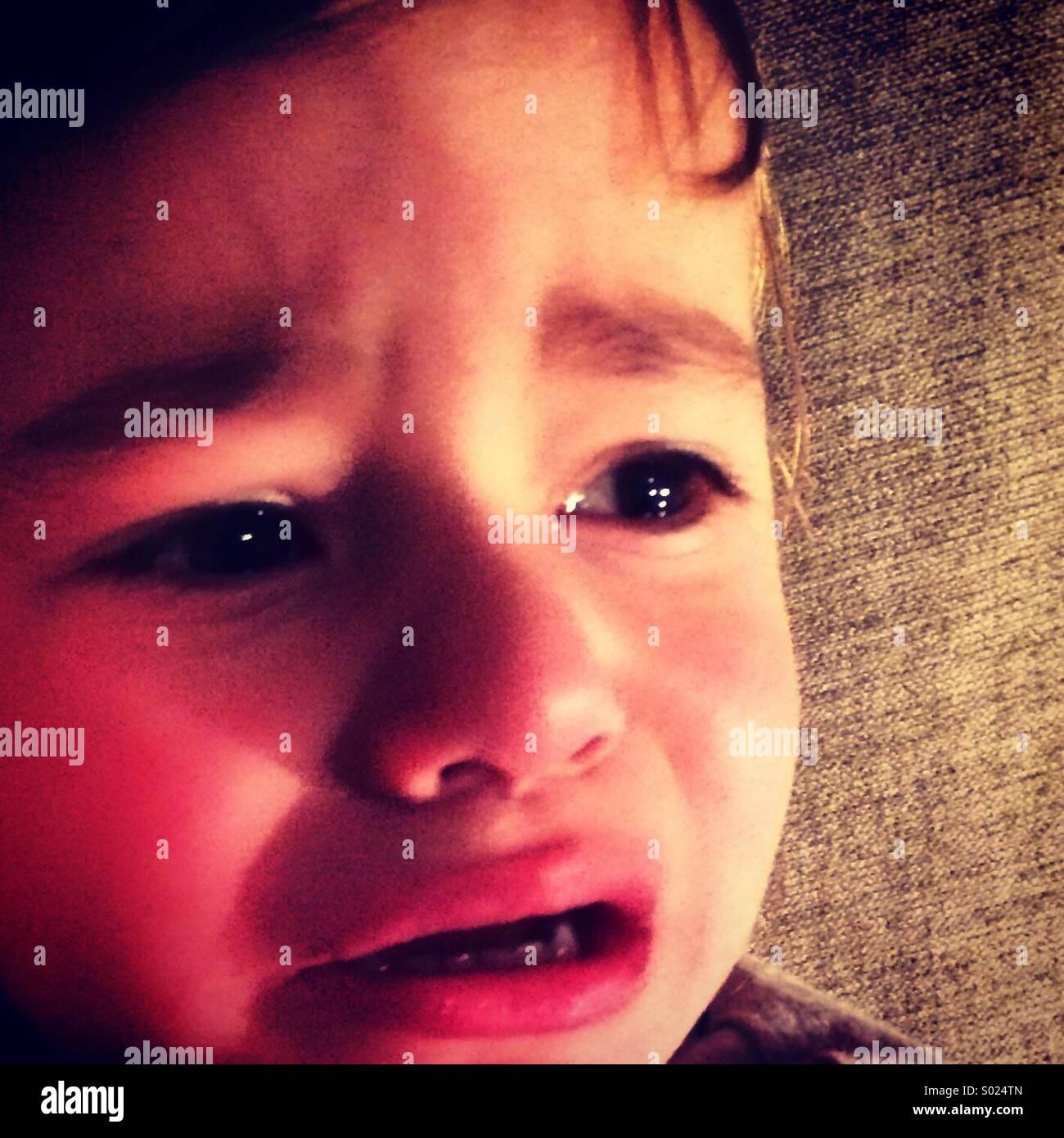Dos años de edad llorando. Imagen De Stock