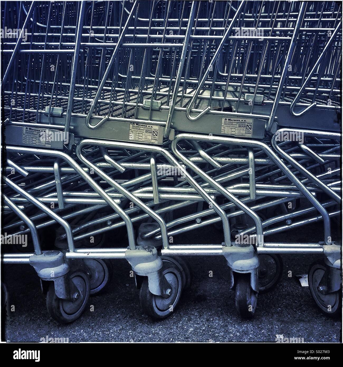 Carros de la compra en un supermercado en Barcelona Foto de stock