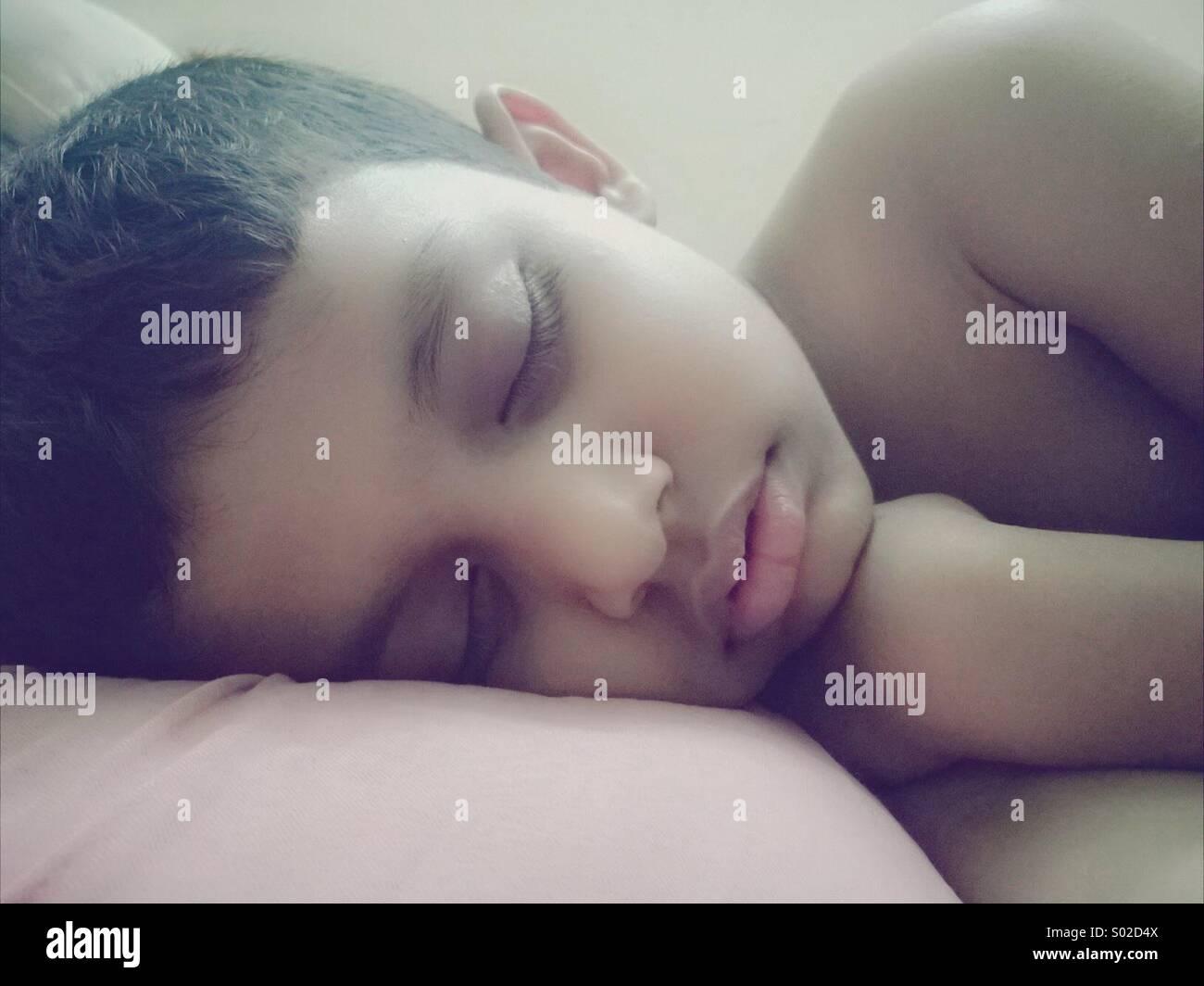 Niño durmiendo Foto de stock