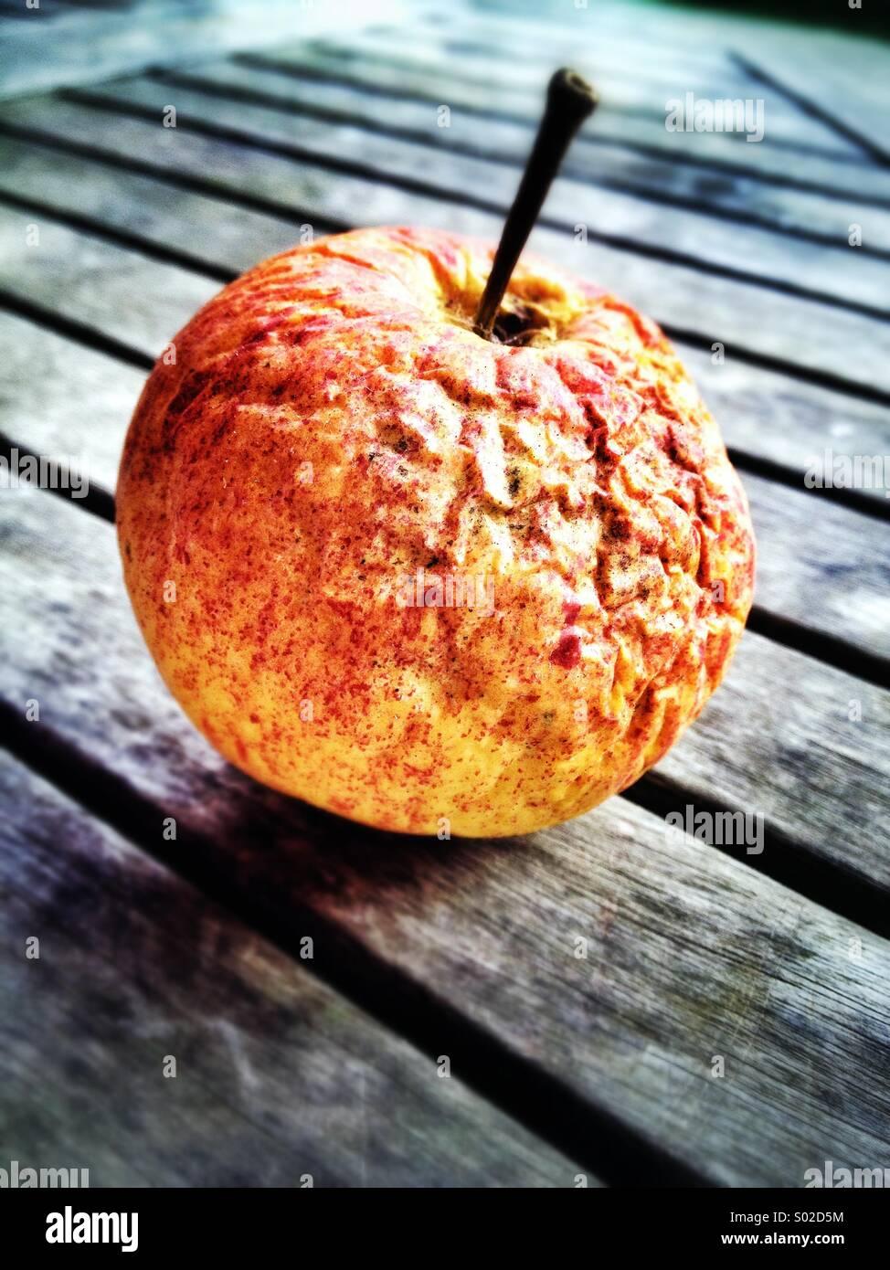 Wrinkly apple el bodegón Imagen De Stock