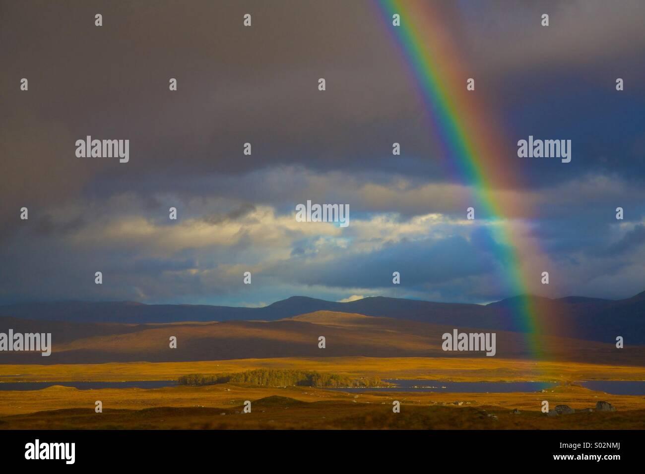Arco iris sobre un cielo azul, Inglaterra fronteras Foto de stock