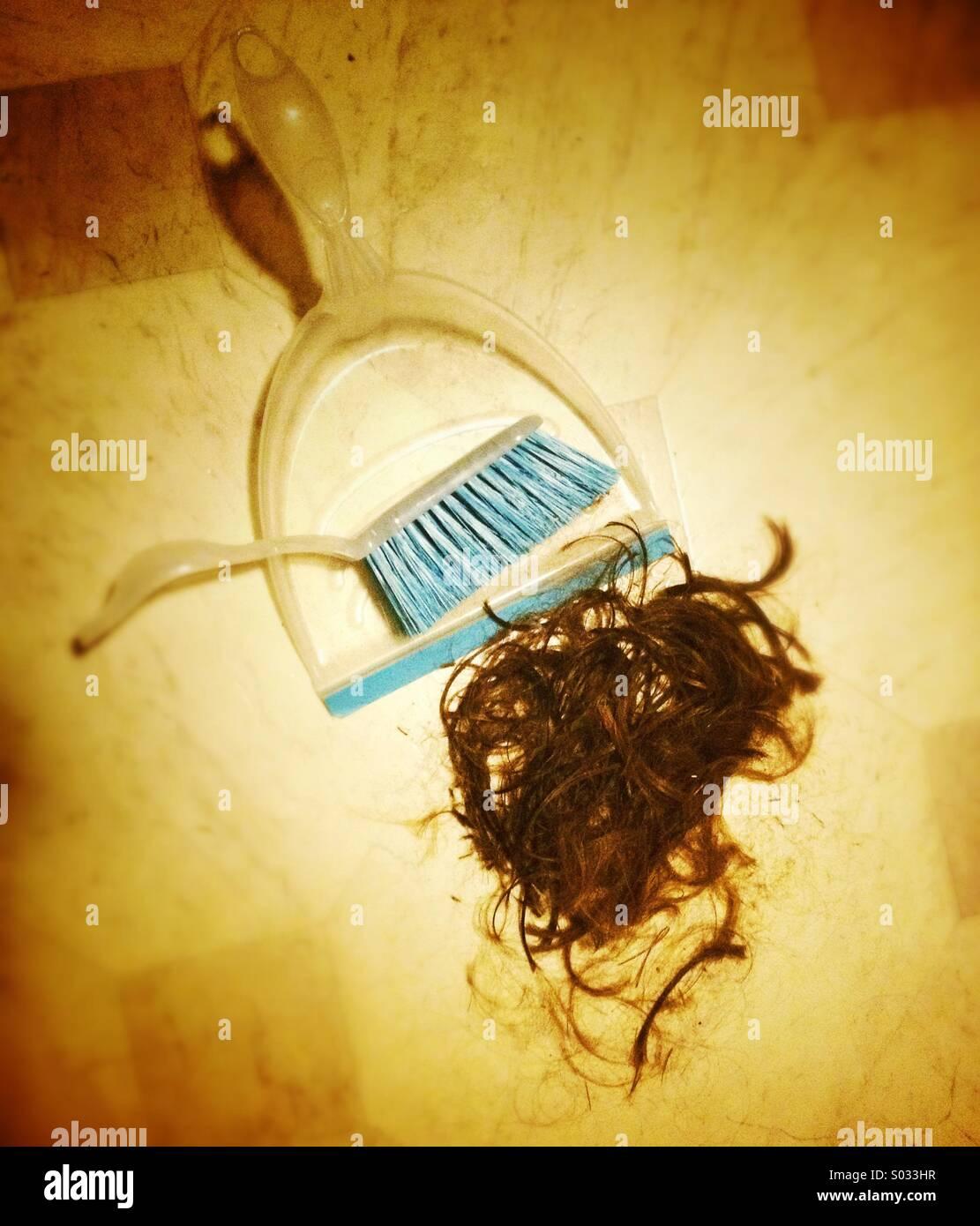 Cortarse el pelo, el pan y el cepillo con un montón de pelo cortado Imagen De Stock