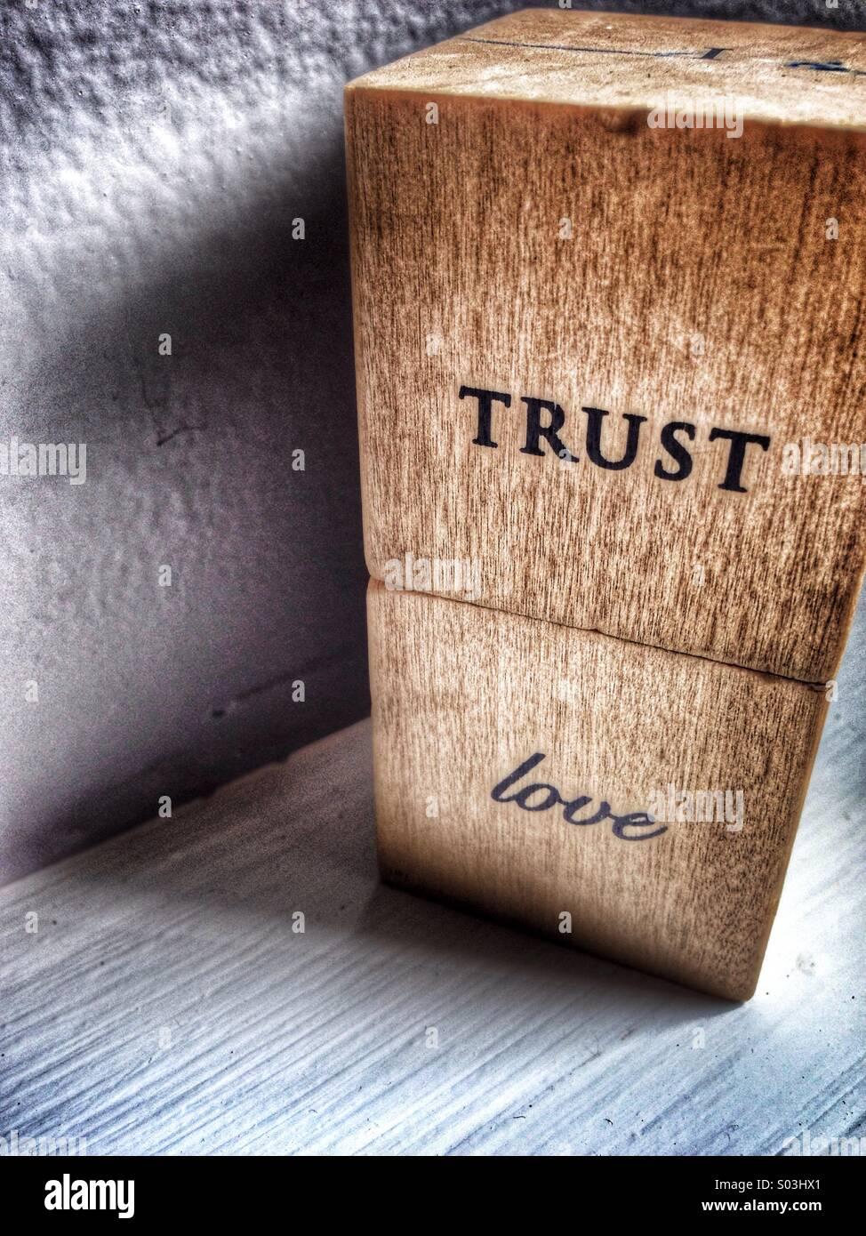 Confiar en el amor escrito sobre bloques. Imagen De Stock