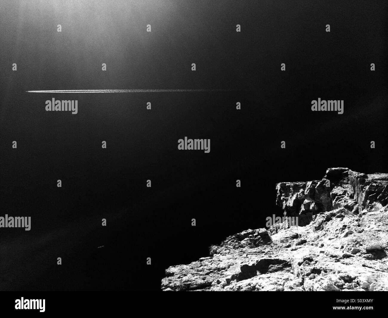 Avión en el cielo con el acantilado abajo en blanco y negro Imagen De Stock