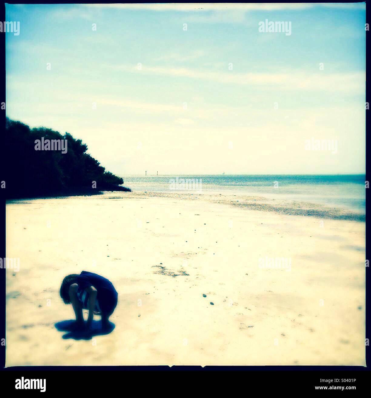 Niñito explorando la playa Imagen De Stock