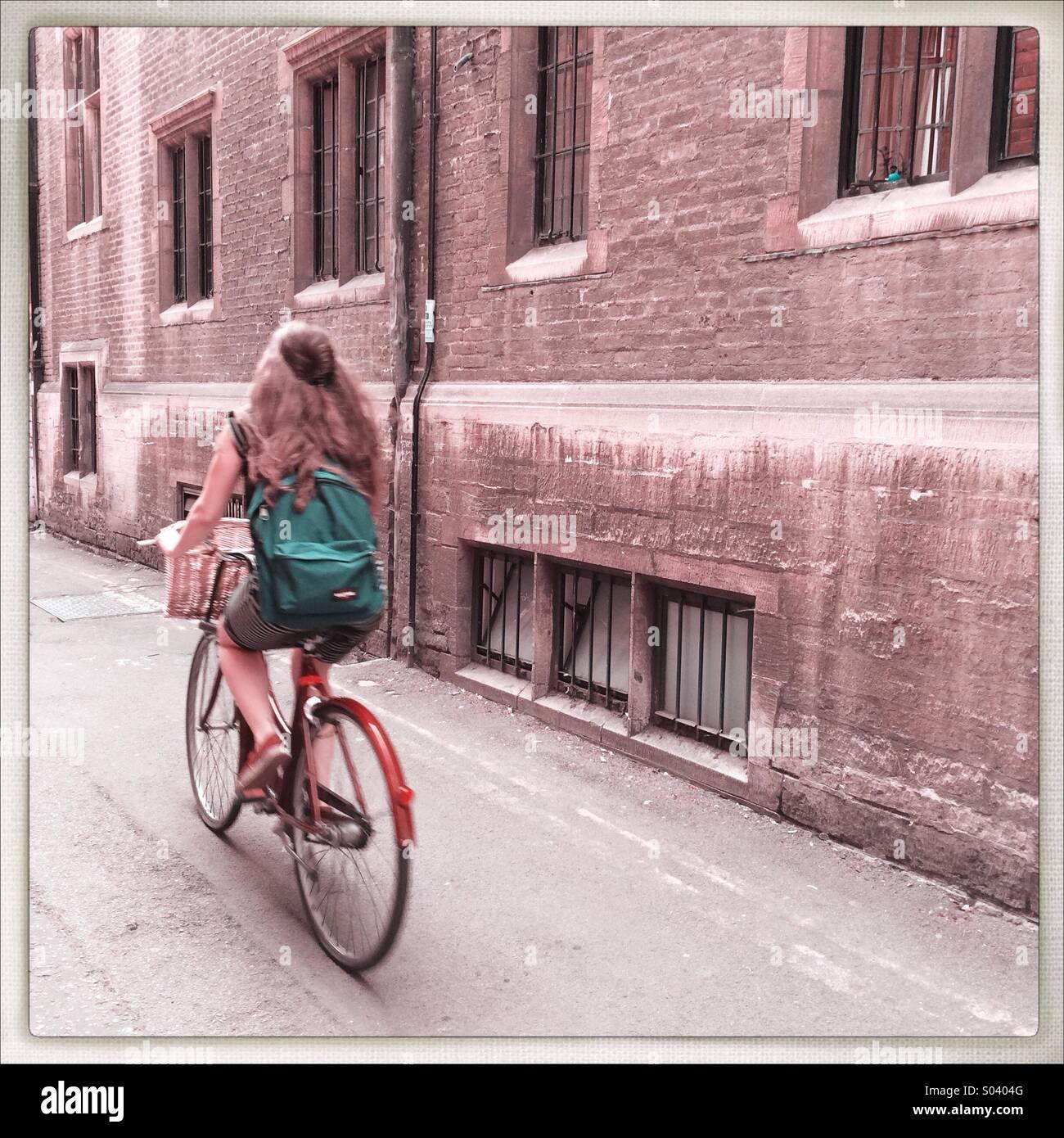 Chica en bicicleta , Cambridge UK Foto de stock
