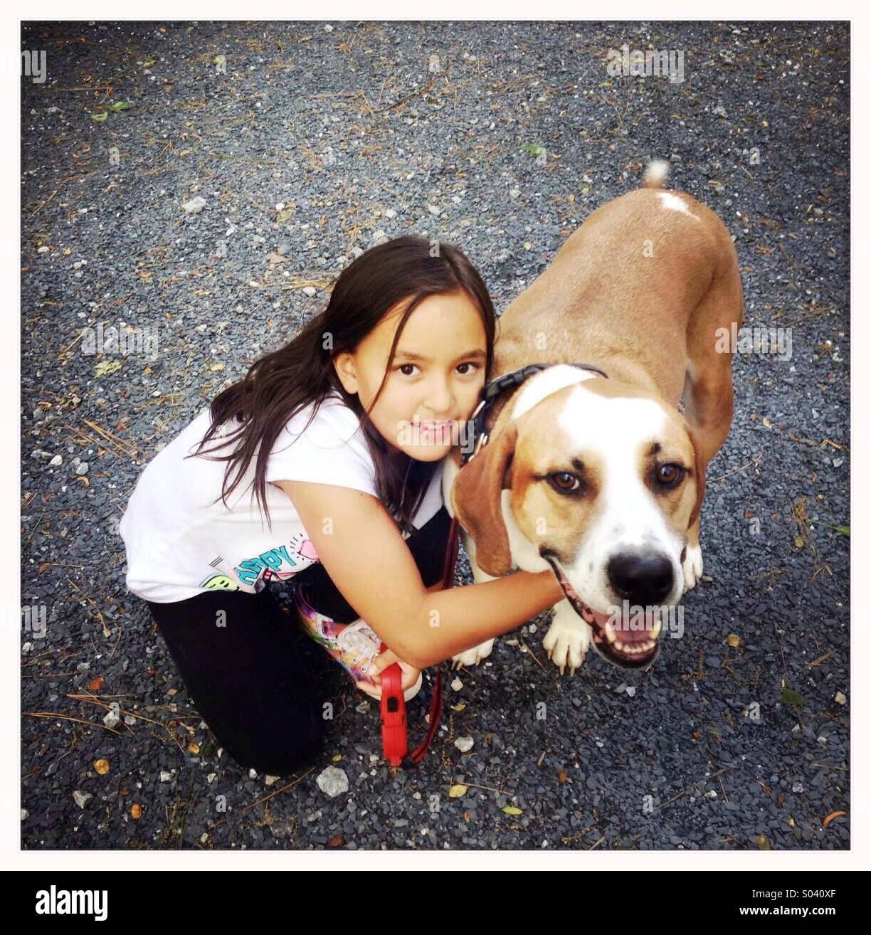 Niña con su perro Foto de stock