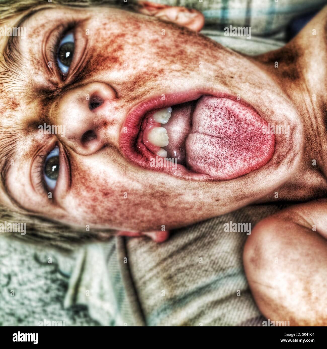 Un niño con su lengua fuera ! Imagen De Stock
