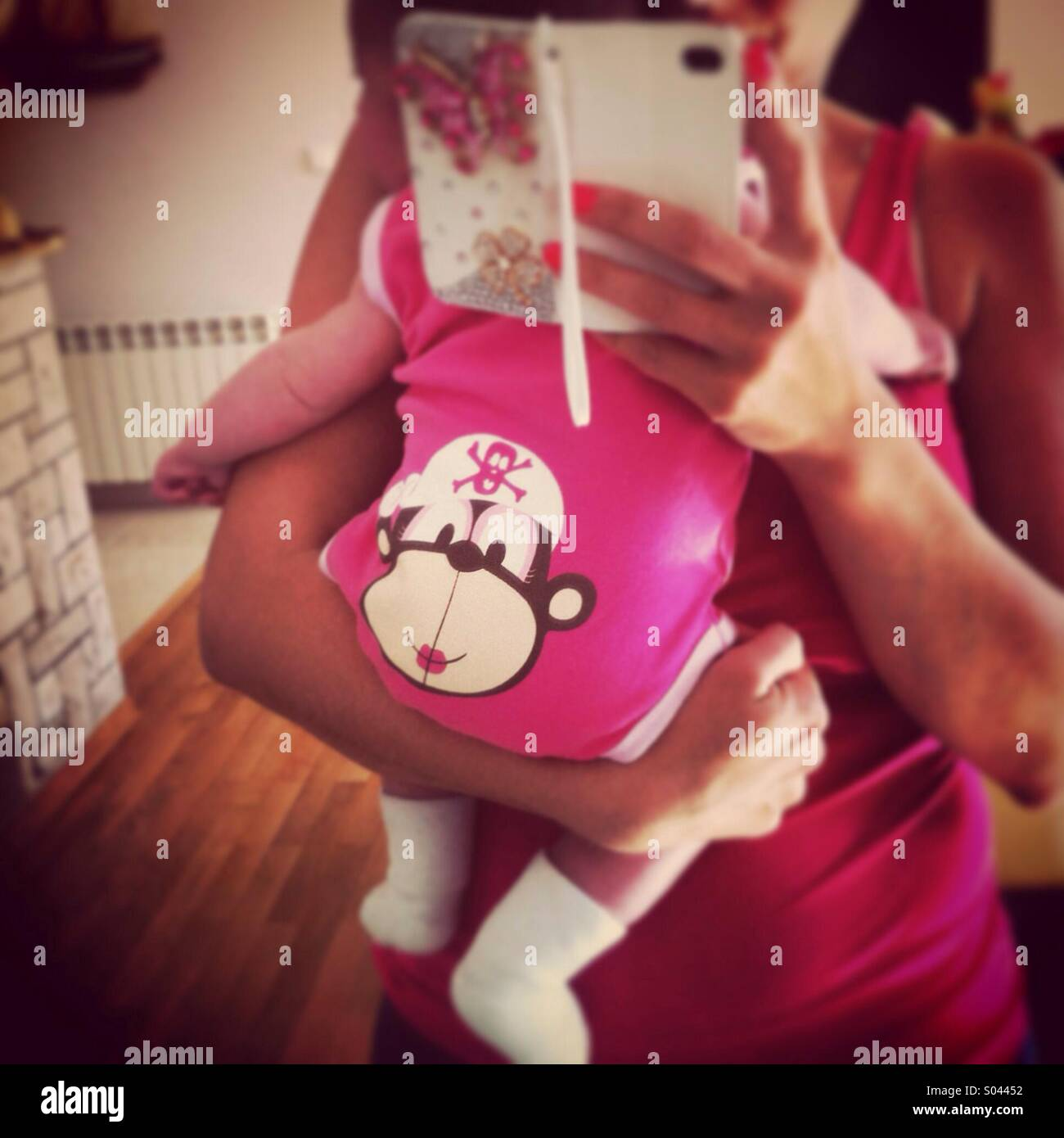 Madre sosteniendo bebé Foto de stock