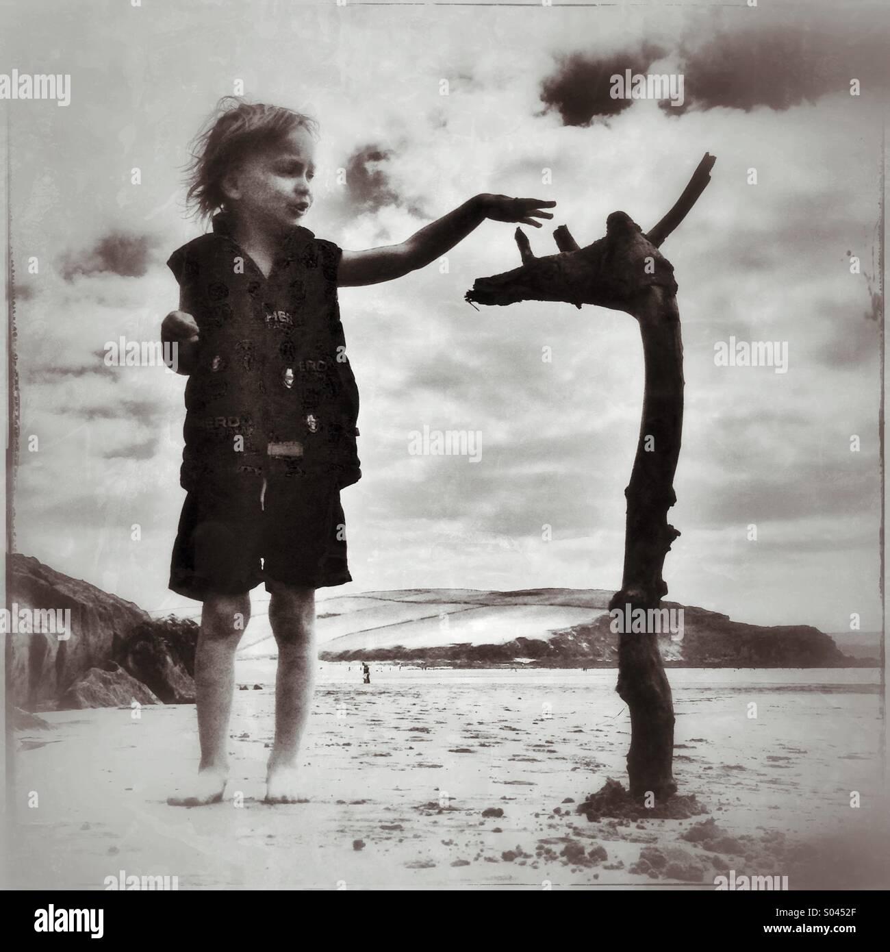 Chico y el pecio en playa Bigbury en Devon Imagen De Stock
