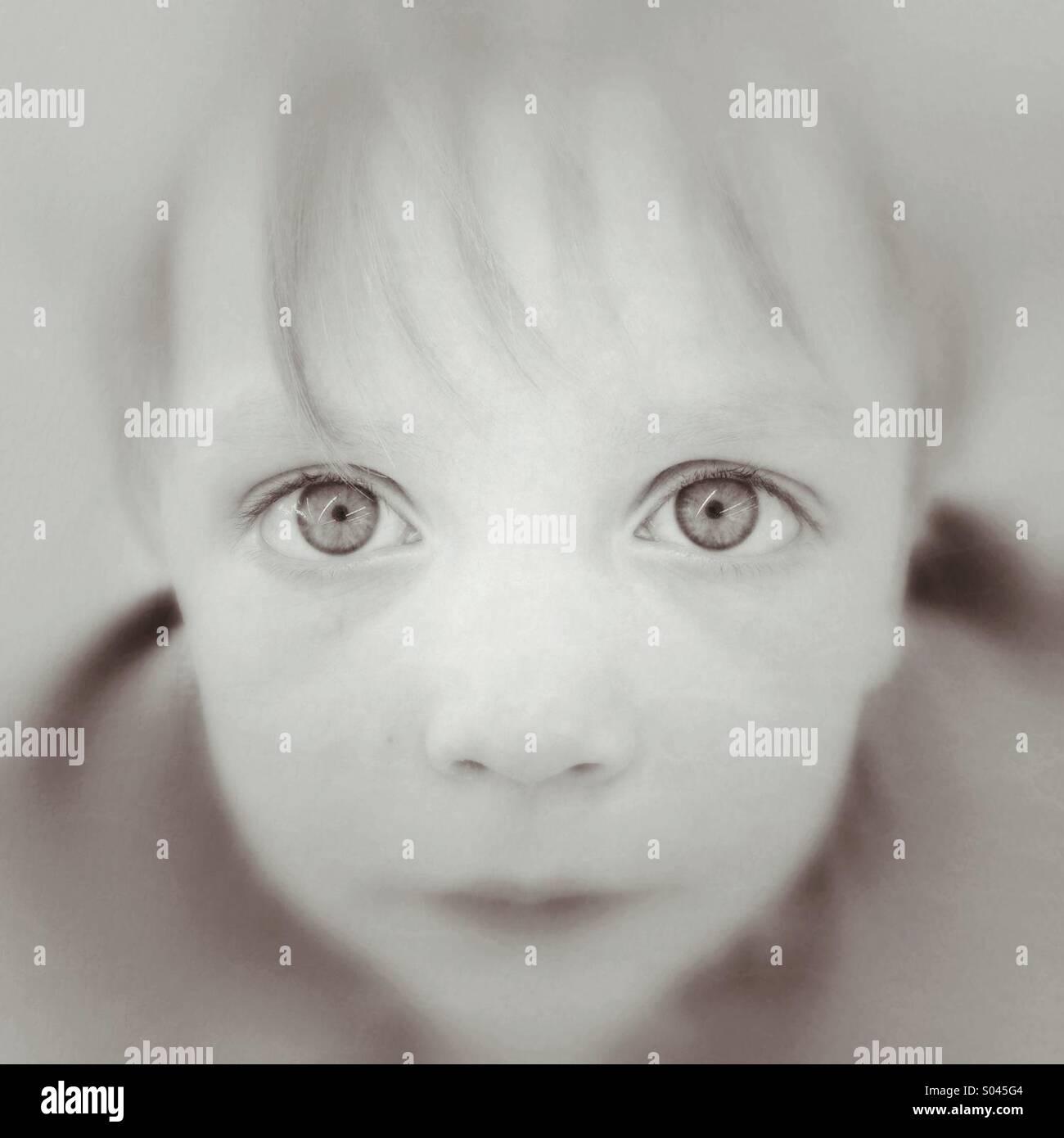 Niño mirando hacia adelante Imagen De Stock