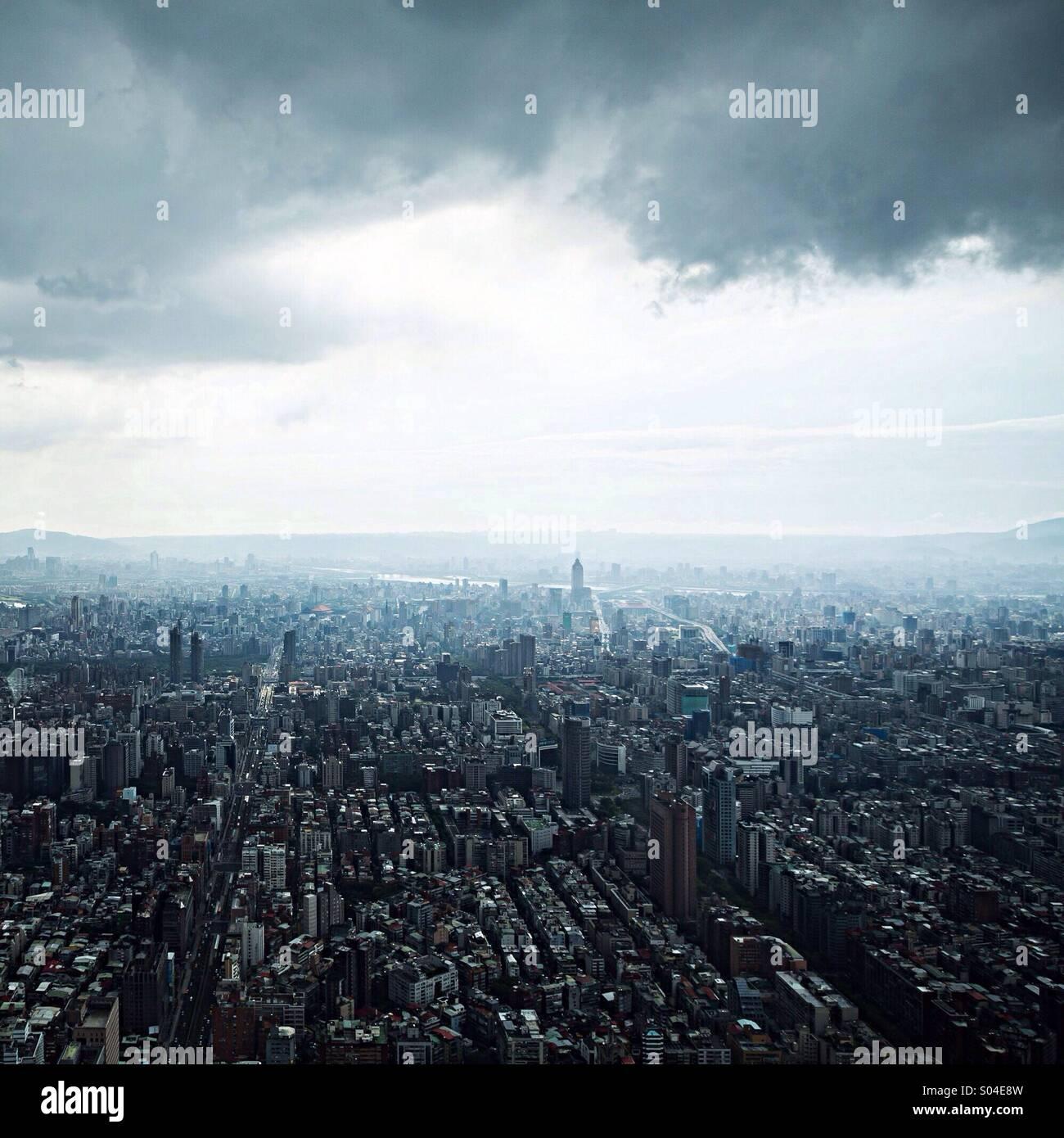 Vista aérea en Taipei, Taiwán, desde el observatorio en el Taipei 101. Imagen De Stock